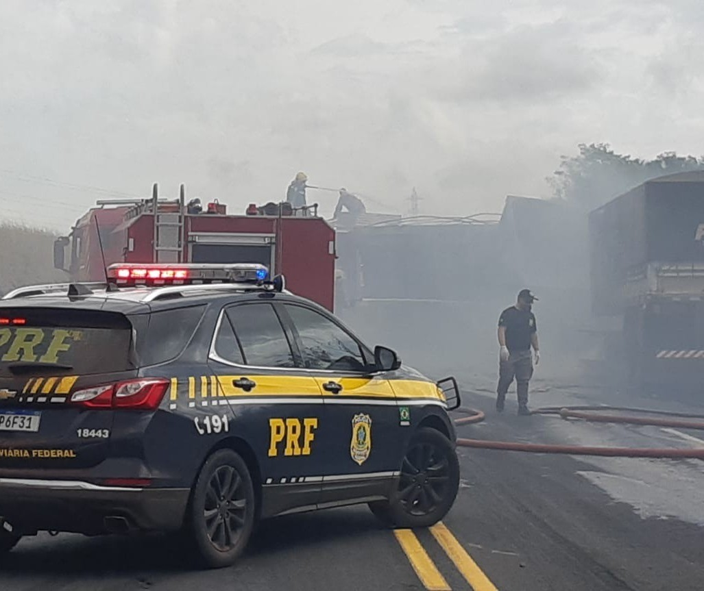 Caminhão ultrapassou vários veículos até bater em carreta, diz PRF
