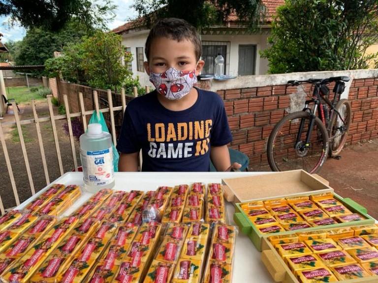 Maringaense de 8 anos vende paçocas para comprar bicicleta e ação viraliza nas redes sociais