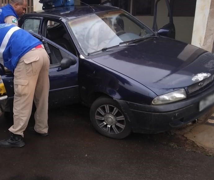 Com sinais de embriaguez, motorista bate carro em muro de casa