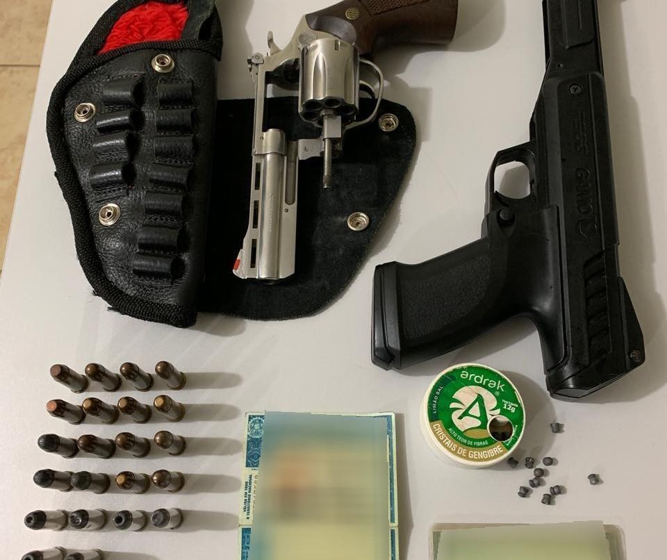 Homem é preso por porte ilegal de arma de fogo e CNH falsa