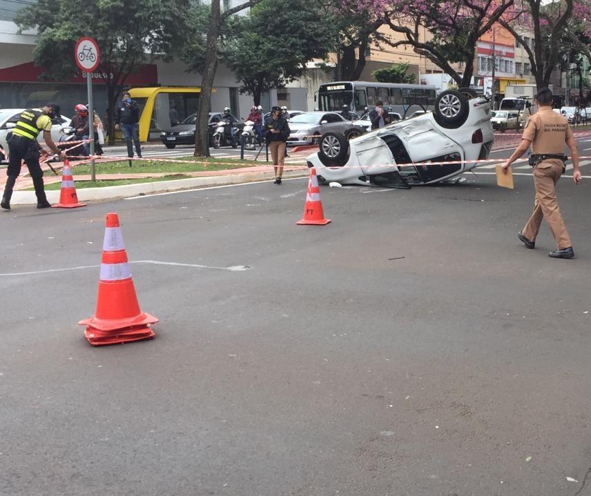 Carro capota após batida no centro de Maringá