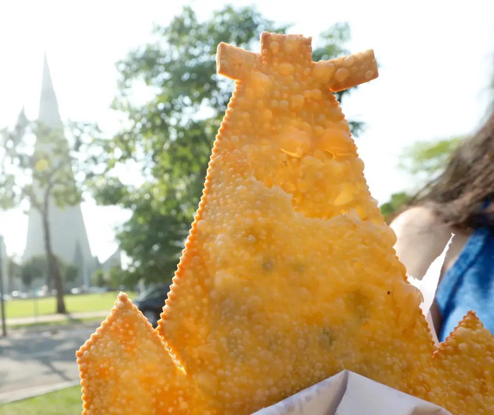 Pastel de feira com formato da Catedral faz sucesso em Maringá