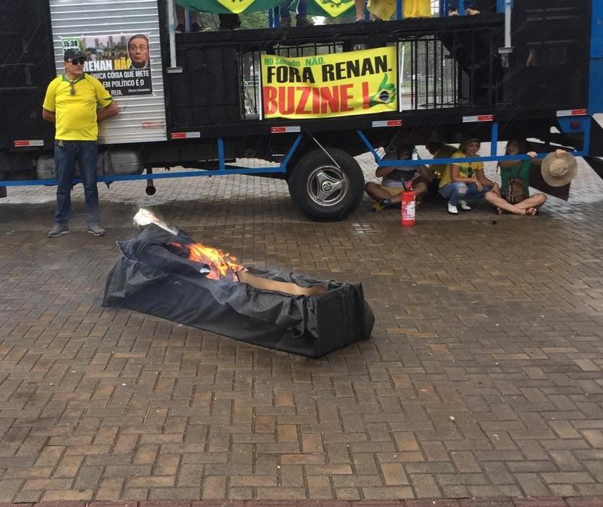 Sob chuva, grupo em Maringá realiza ato contra Renan Calheiros