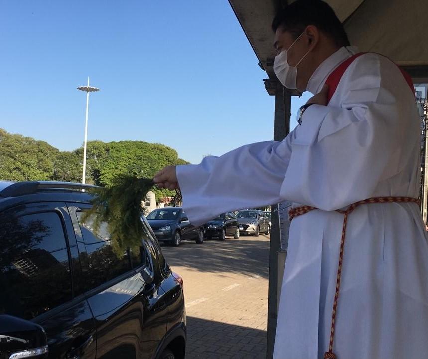 Veículos fazem fila para receber a bênção de São Cristóvão