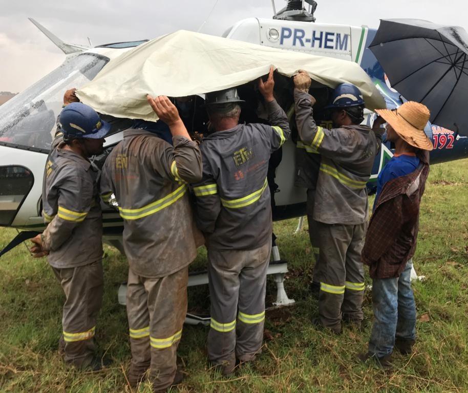 Homem cai de árvore e fica gravemente ferido na zona rural
