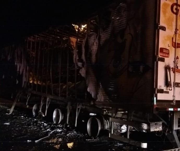 Semirreboque de carreta pega fogo na BR-376