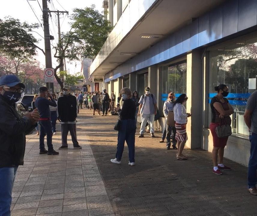 Única agência da Caixa aberta neste sábado (25) em Maringá tem fila gigante