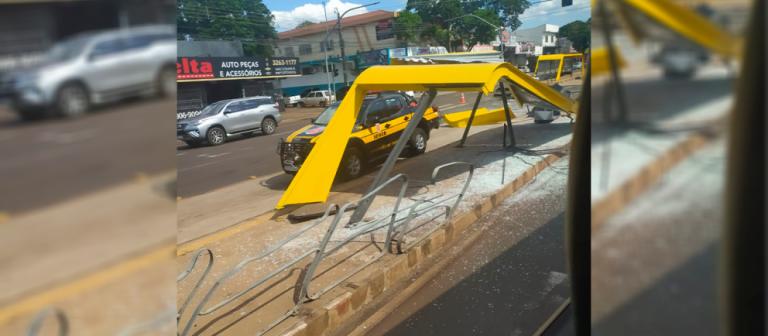 Guincho se solta da carroceria, arranca semáforo e destrói ponto de ônibus em Maringá