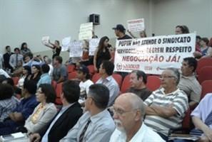 Manifestantes em prol dos animais e dos servidores públicos de Maringá acompanharam a primeira sessão do ano na Câmara de Vereadores
