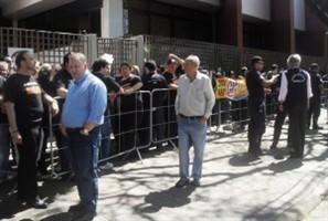 Mais de 150 pessoas aguardam a abertura da Câmara de Maringá para votação do aumento de vereadores