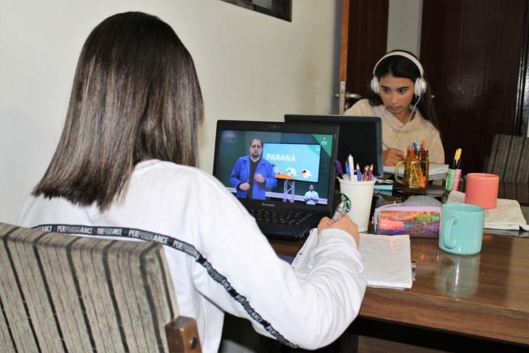 Pais questionam a obrigatoriedade de câmeras ligadas durante o Aula Paraná