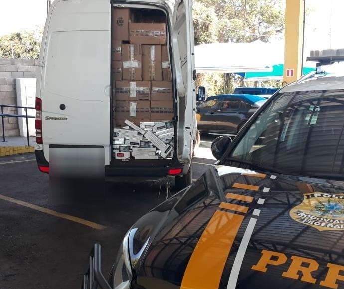 Carro roubado com cigarros contrabandeados é apreendido