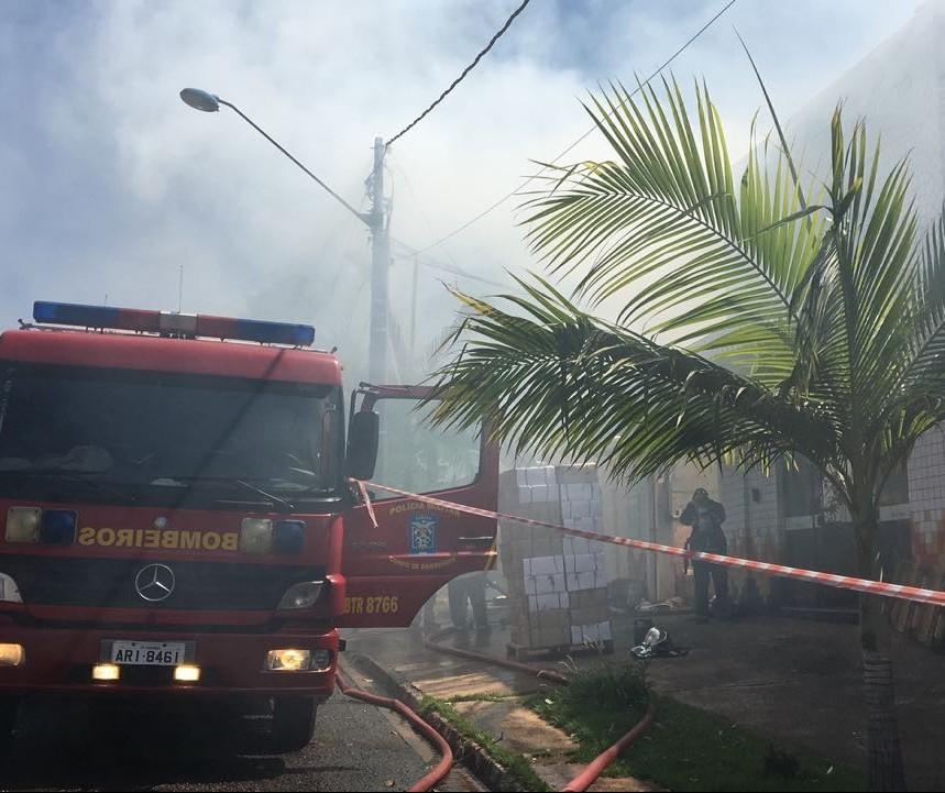 Bombeiros tentam controlar incêndio em gráfica