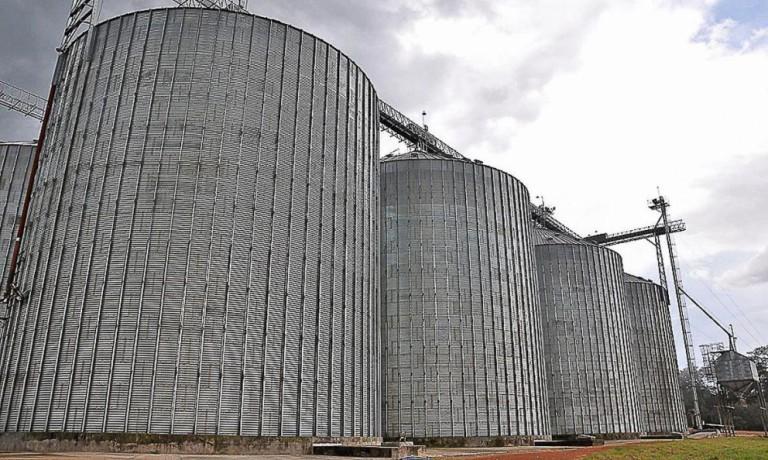 Homem morre soterrado por soja em silo em Umuarama