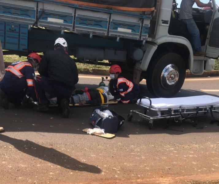 Passageiro cai de caminhão em movimento e fica preso embaixo do veículo