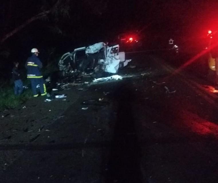 Motorista de carro morre após colidir contra caminhão, na PR-317, em Maringá