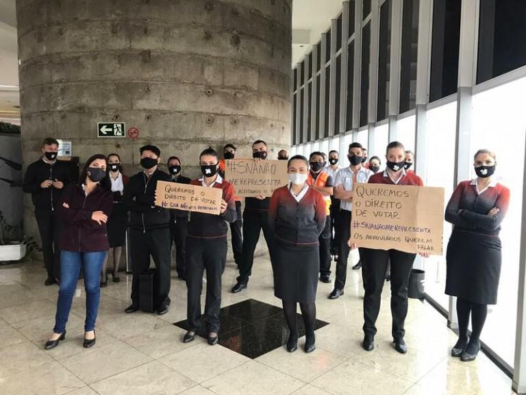 Funcionários da Gol fazem protesto no Aeroporto de Maringá