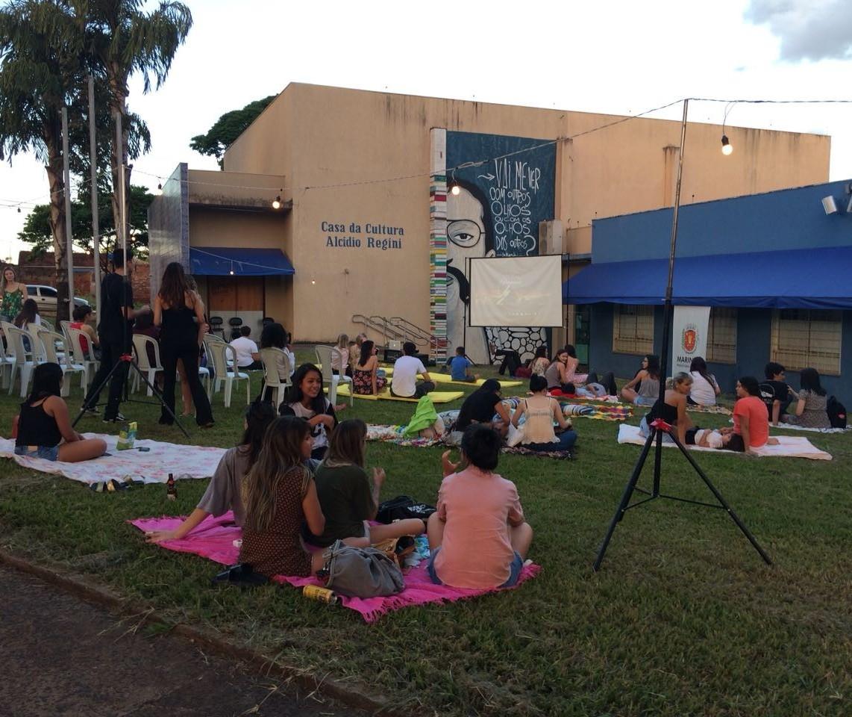 """Primeiro """"Cinema a céu aberto"""" reúne quase 150 pessoas"""