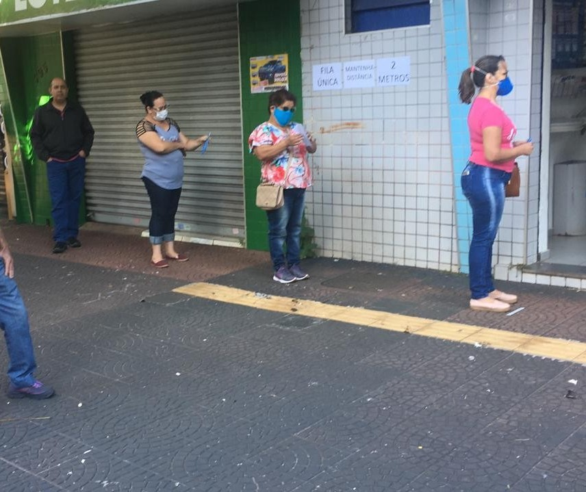Lotéricas reabrem em Maringá com fila, mas distanciamento é respeitado