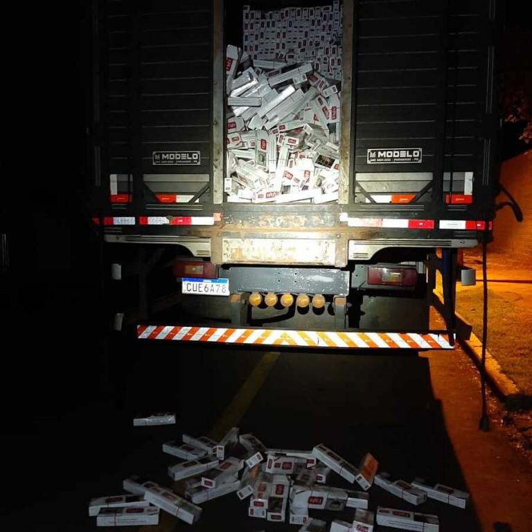 PM de Maringá apreende caminhão abarrotado de cigarros do Paraguai na região