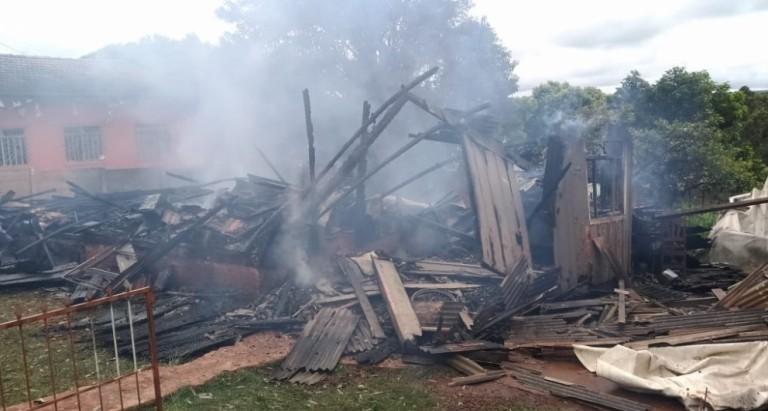 Vizinho enfrenta chamas e salva mãe e três filhos de incêndio