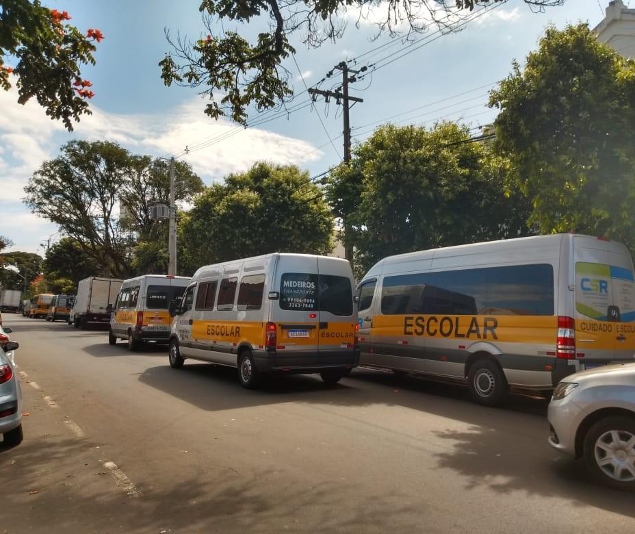Vans de transporte escolar vão ajudar na entrega de cestas básicas