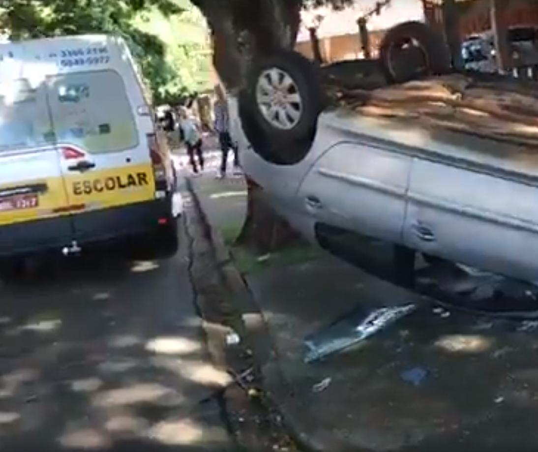 Carro bate em van escolar em Maringá
