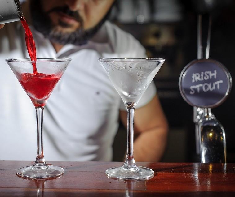 Bartenders, profissionais que preparam coquetéis e bebidas