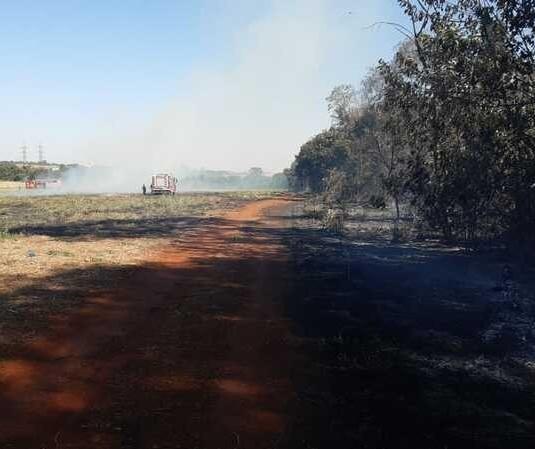 Incêndio de grandes proporções mobiliza bombeiros em Maringá