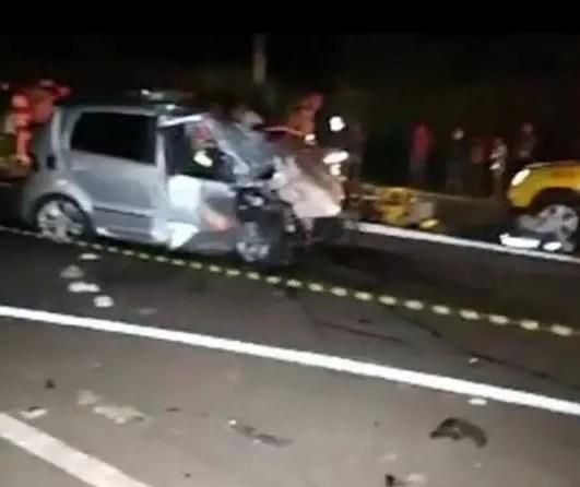Motor se desprende de carro em batida que deixou motorista ferido na BR-376, em Maringá