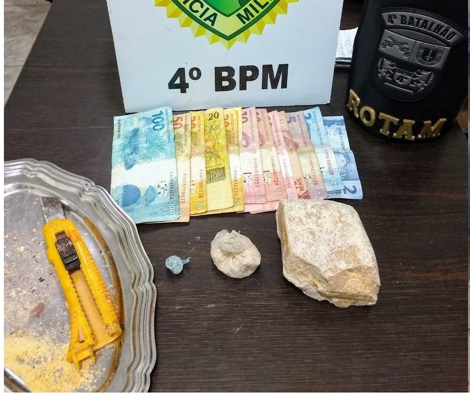 Dois homens, uma mulher e um adolescente são detidos por tráfico de drogas