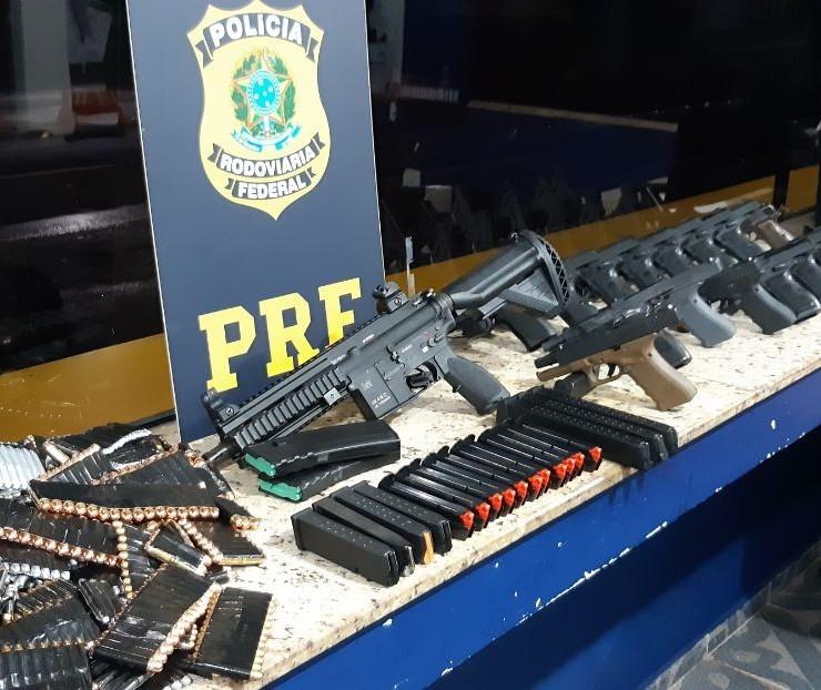 PRF apreende fuzil, 16 pistolas e 5,7 mil munições que iriam para o Rio de Janeiro