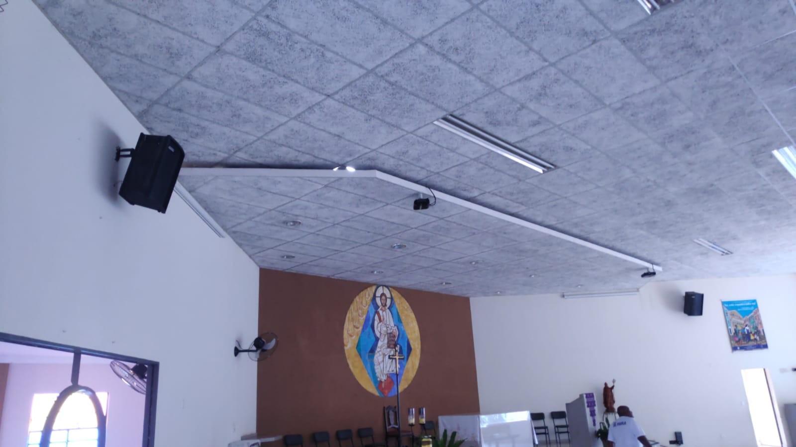 Telhado da paróquia São Bonifácio foi atingido pela rajada de vento (foto: Defesa Civil)