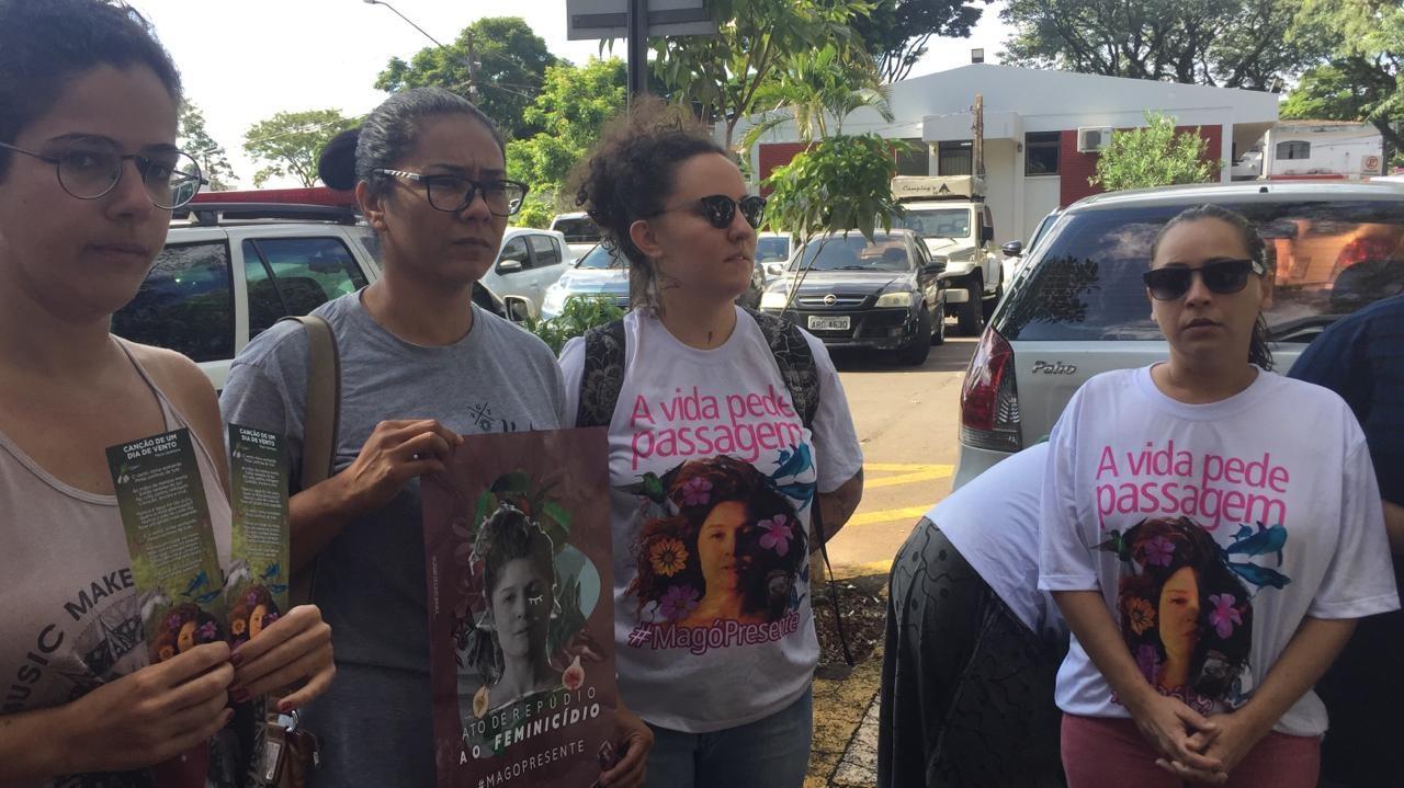 """Jovens amigas de Magó, do movimento """"Nenhuma a Menos"""" concentradas na frente da delegacia"""