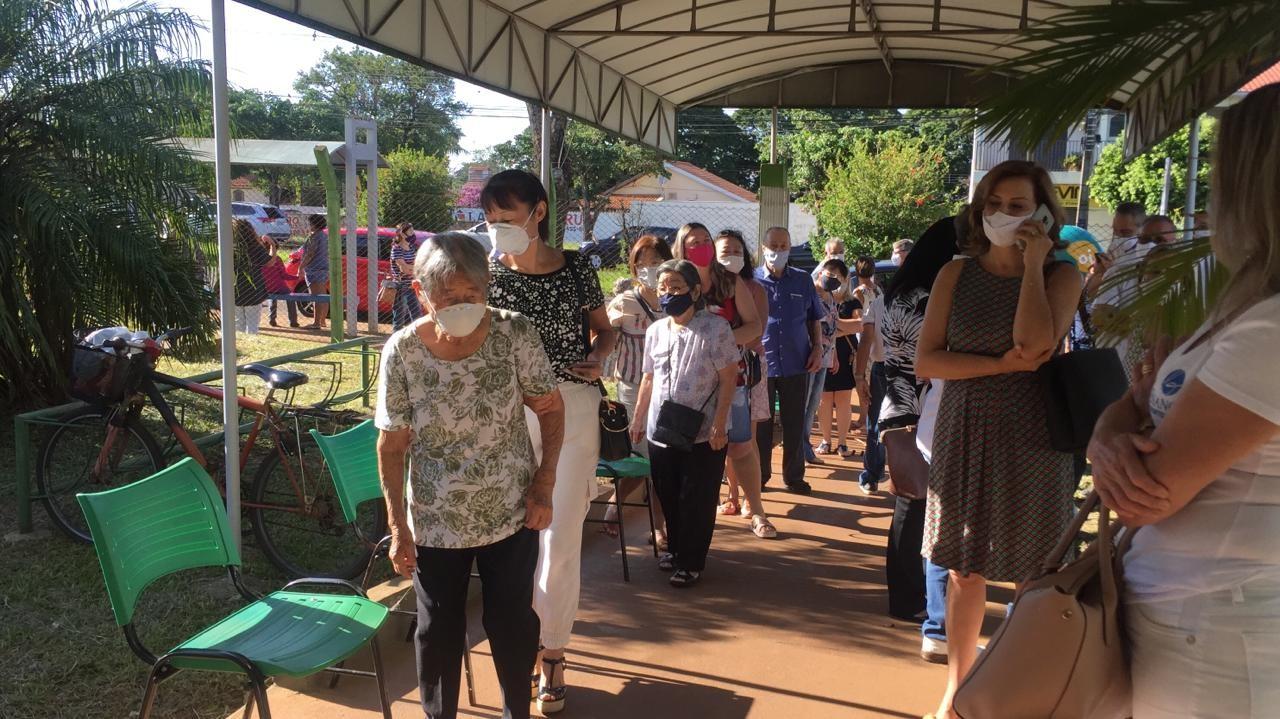 Na UBS Iguaçu idosos fazem fila para receber vacina (foto: Luciana Peña/CBN Maringá)