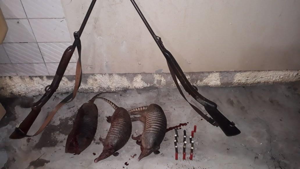 Dois são presos após serem flagrados caçando animais silvestres