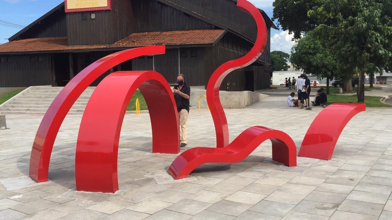 """Monumento """"Madeixas de Magó"""" criado pelo artista Paolo Ridolfi em homenagem a Maria Glória e instalado na Praça de Todos os Santos (foto: Luciana Peña/CBN Maringá)"""