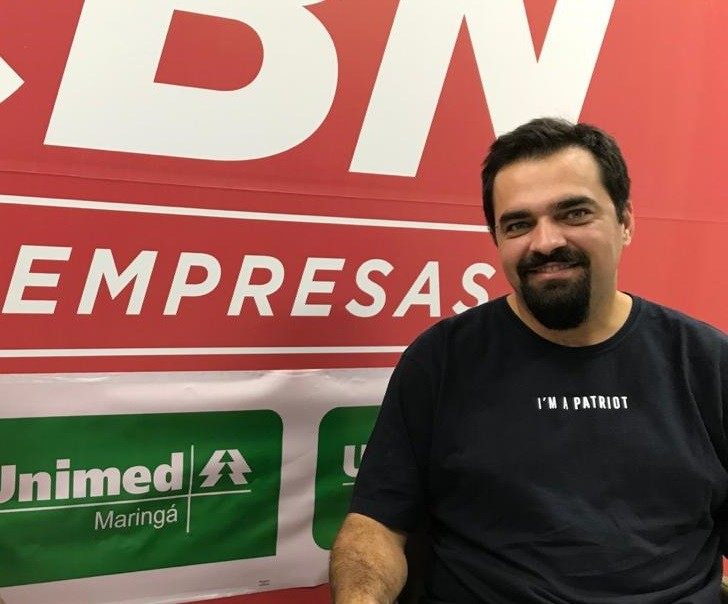 Rodrigo Martucci foi entrevistado em um estúdio montado na Unimed Maringá, como parte do projeto CBN nas Empresas.