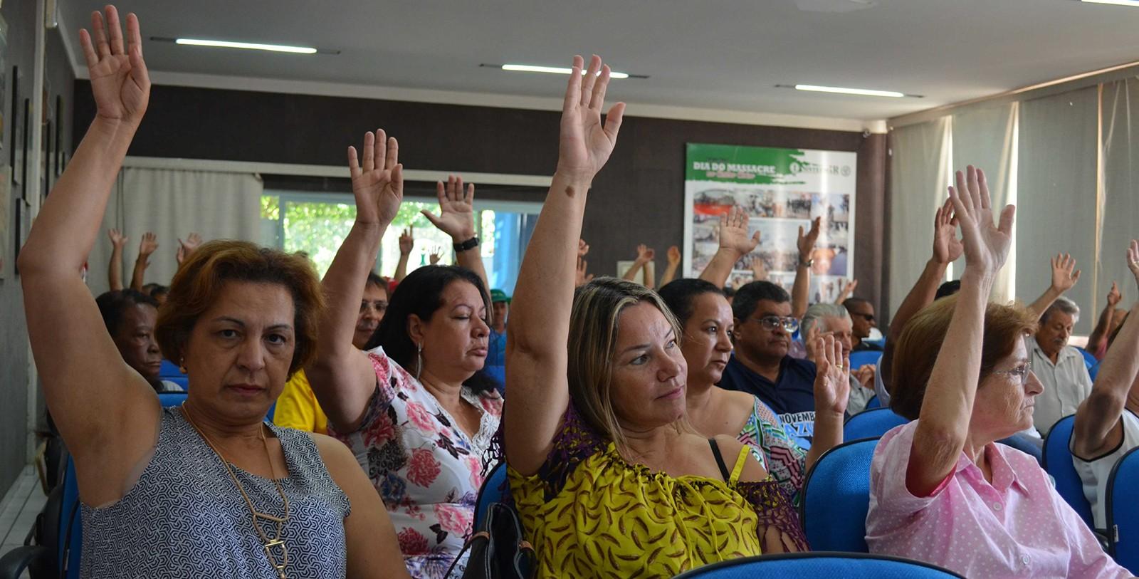 Servidores da UEM aprovam estado de greve