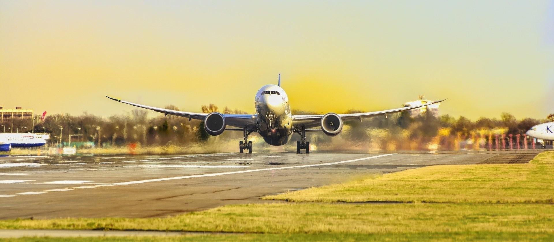 Demanda por viagens aéreas domésticas cai 32,84% em março ante um ano, diz Abear