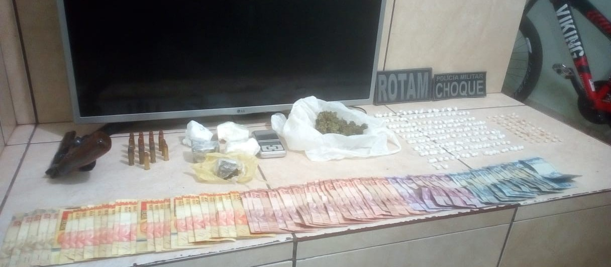Dois adolescentes e um rapaz são detidos com dinheiro, drogas e revólver