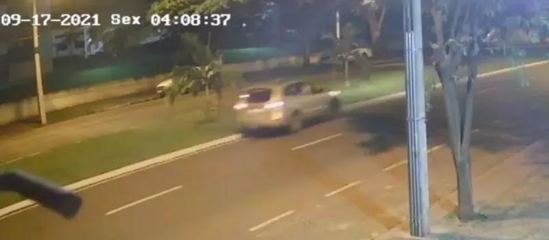 Câmera flagra motorista invadindo pista contrária e batendo em poste em Maringá