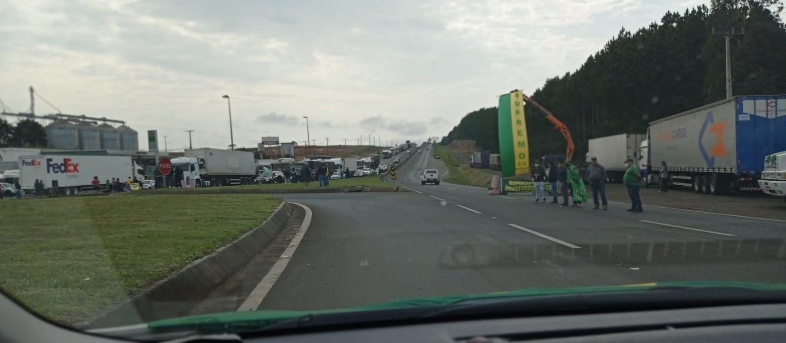 Caminhoneiros realizam bloqueios em diversas rodovias do Estado