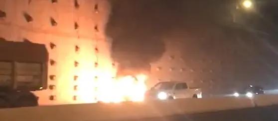 Carro pega fogo em acidente com caminhão no Contorno Norte em Maringá