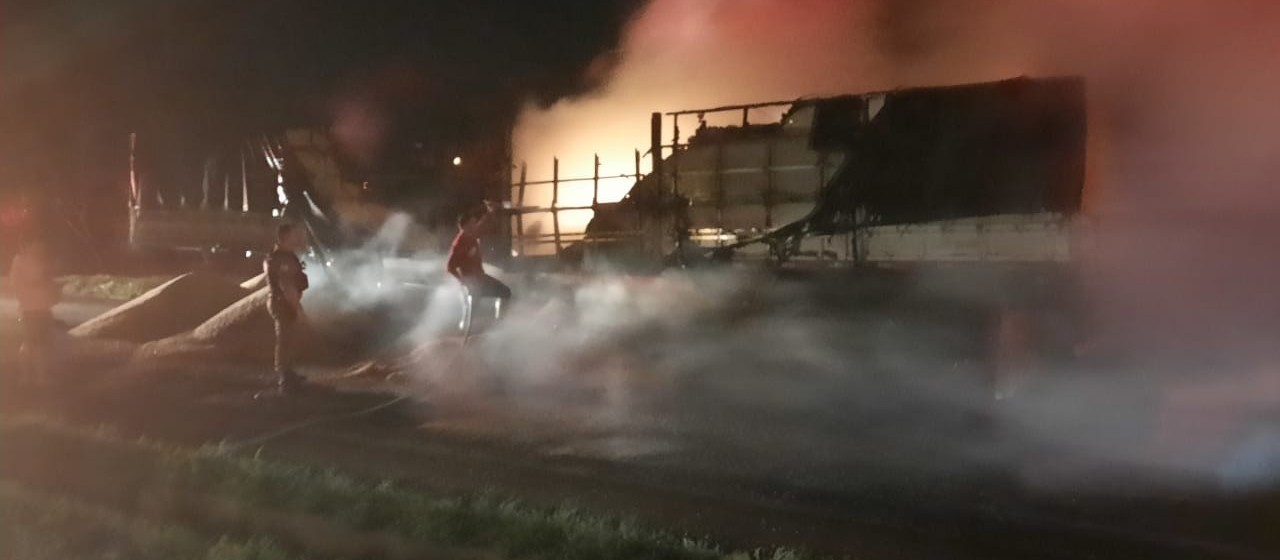 Caminhão pega fogo na PR-218, em Iguaraçu