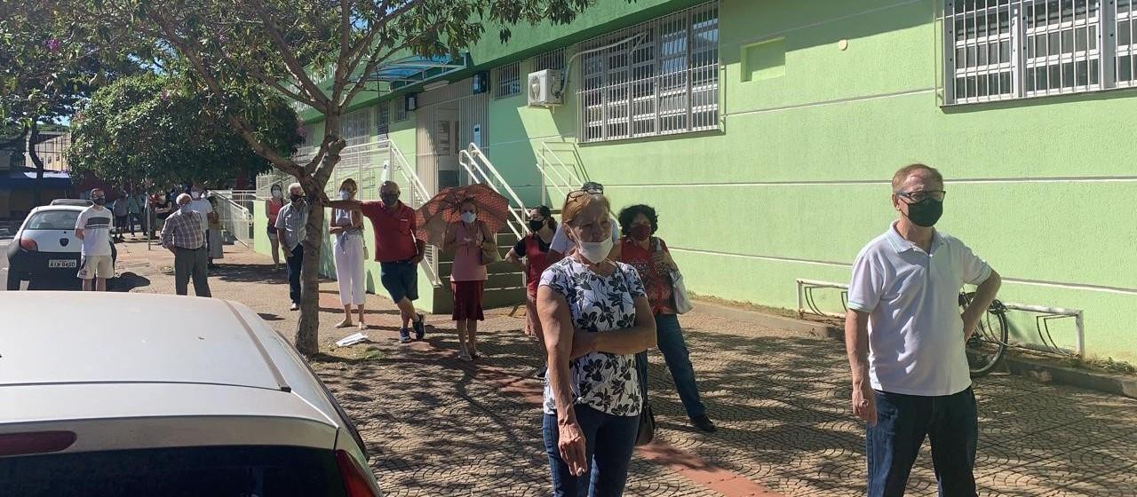 Muita fila na retomada da vacinação contra a Covid-19 com a 1ª dose em Maringá