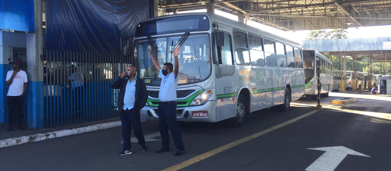 Mesmo com liminar, grevistas impedem saída de ônibus