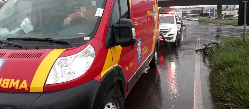 Ciclista fica gravemente ferido em acidente com carro na Avenida Colombo
