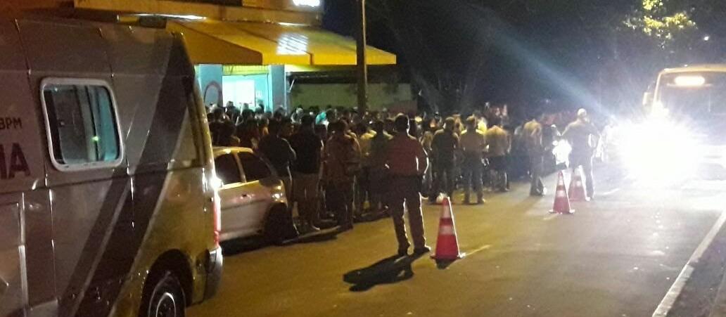 Fiscalização multa bar sem alvará e apreende seis veículos