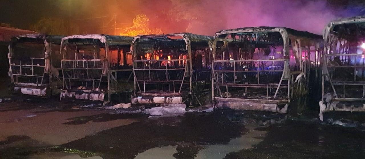 Seis ônibus são incendiados em garagem da Cidade Verde